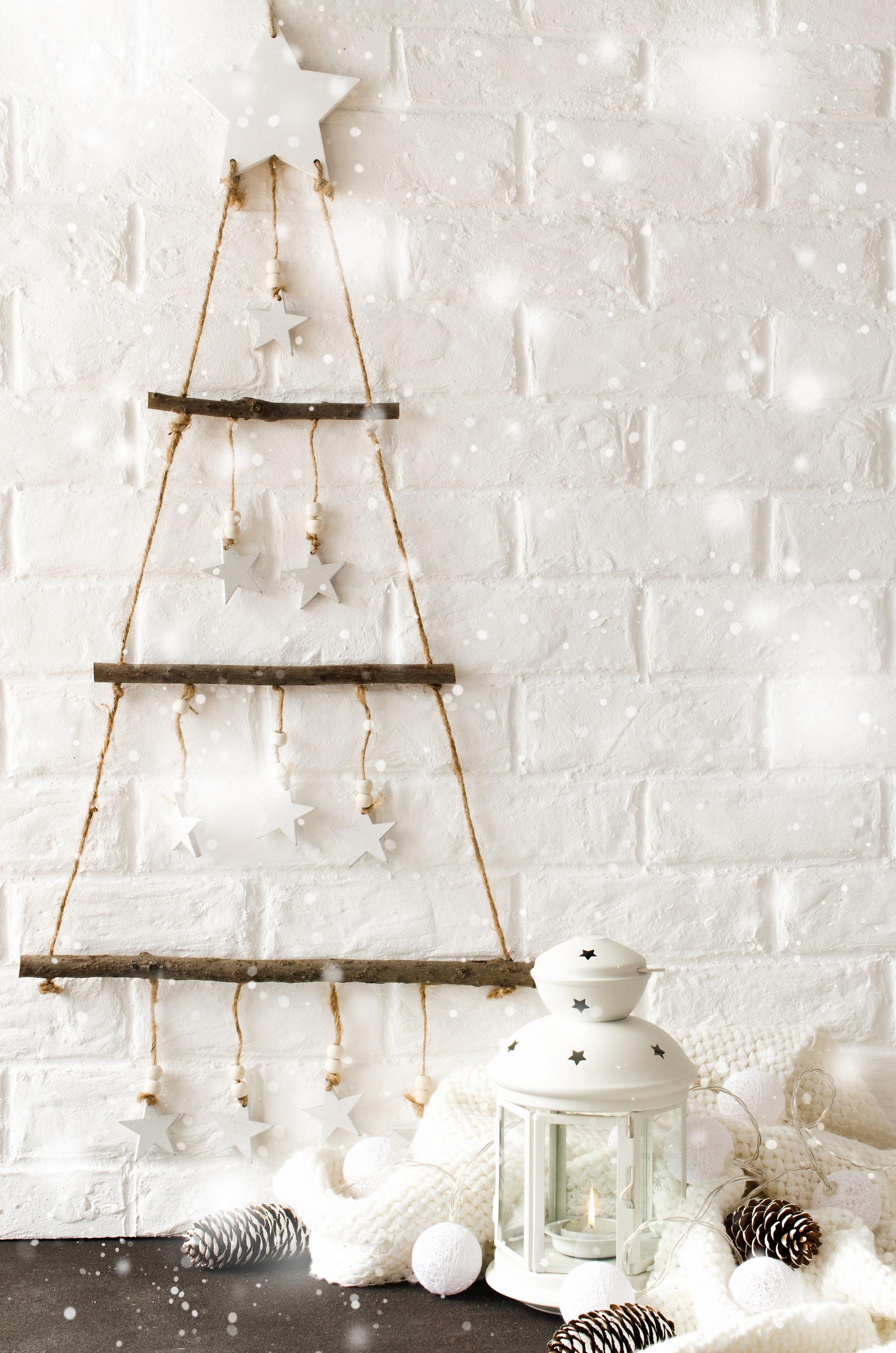 Jednoduchá nástenná imitácia vianočného stromčeka