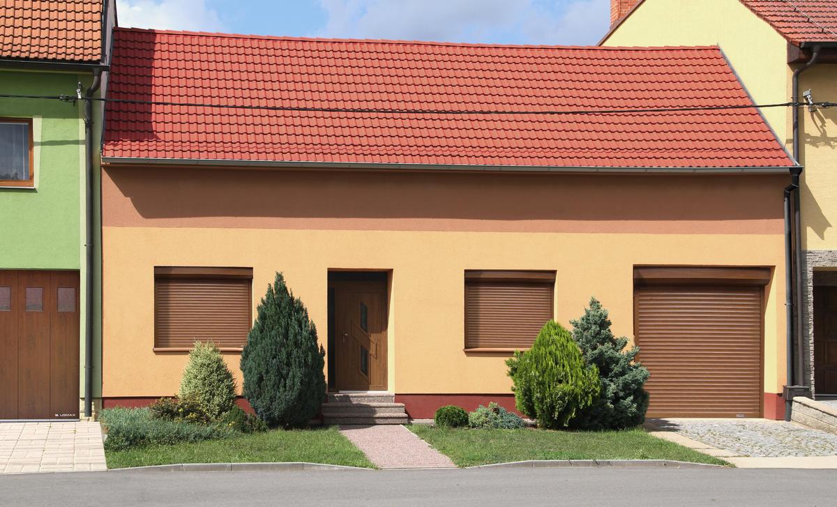 Vonkajšie rolety farebne zladené s fasádou a strechou