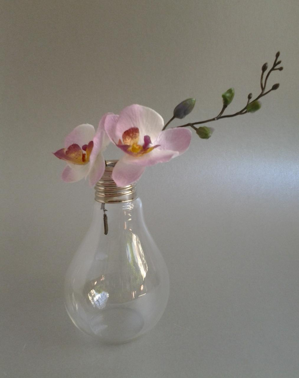 dizajnová sklenená váza v tvare žiarovky 7 x 11 cm