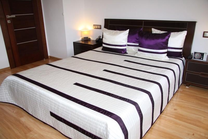 DomTextilu Luxusný prehoz na posteľ béžový s fialovými prúžkami 170x210cm  16137-109385