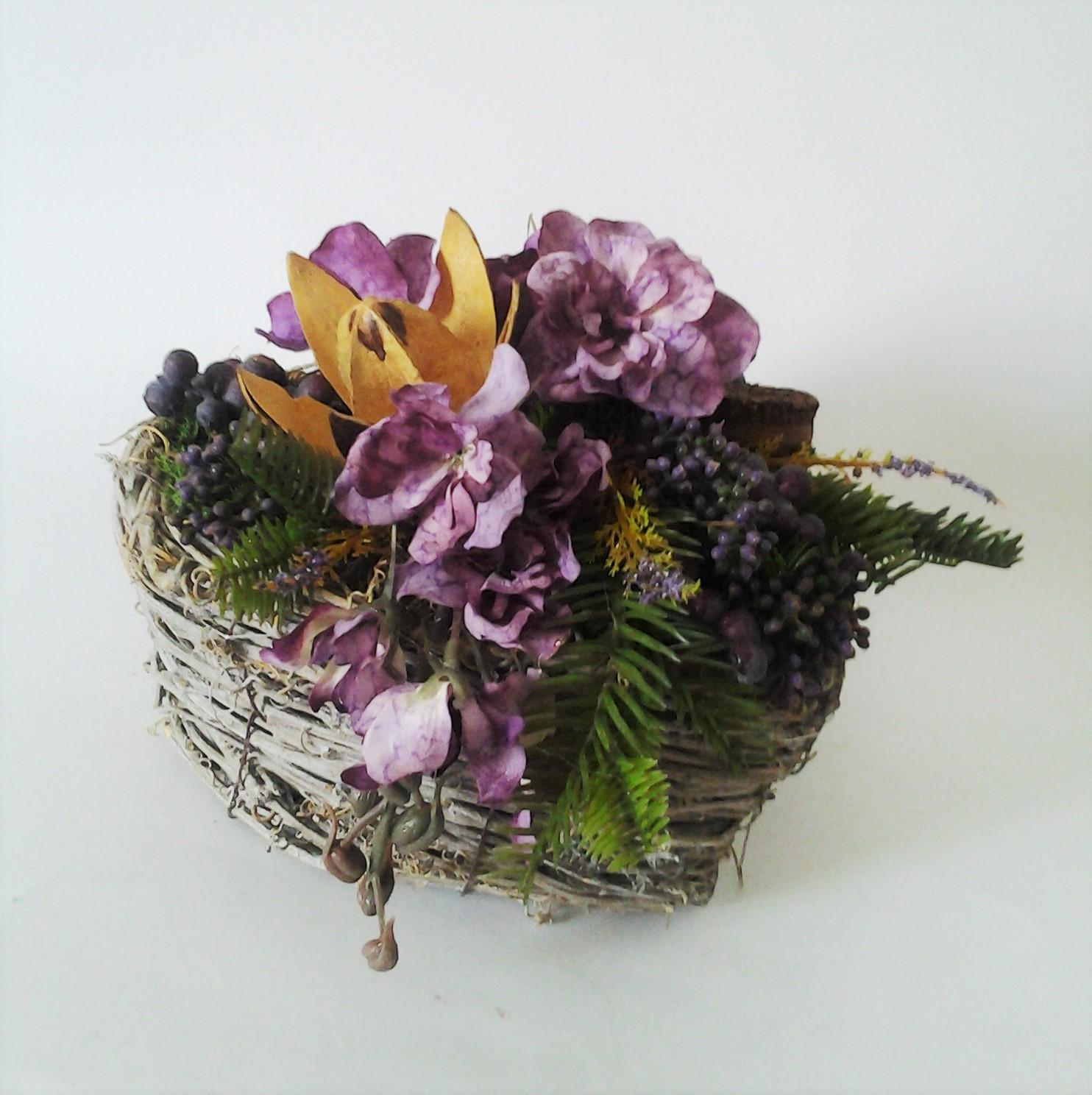 košík v tvare srdca s fialovými kvetmi 20 x 18 cm