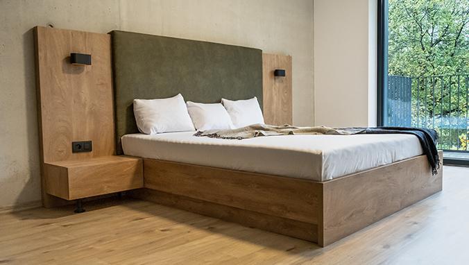 Manželská posteľ Koncepto, dub koňak, zelené čalúnenie, nočné stolíky, svietidlá a zásuvky