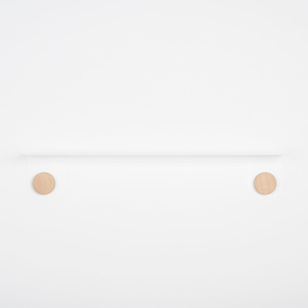 Nástenná biela polica z ocele s detailom z dubového dreva s 2 háčikmi Gazzda Hook, dĺžka 70 cm