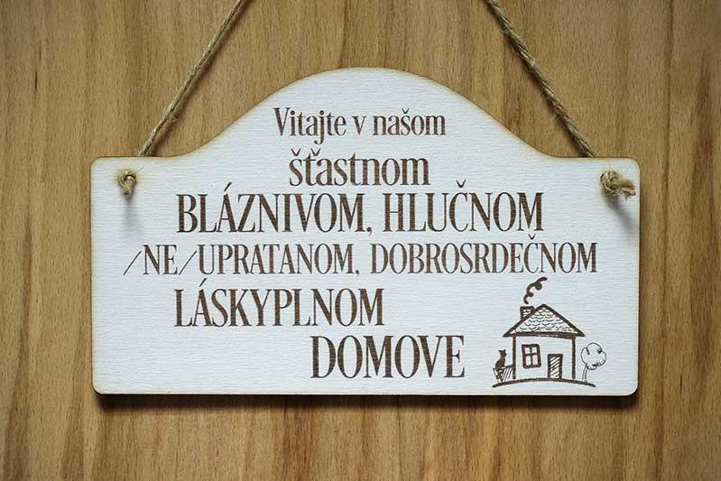 T 053_Vitajte v našom šťastnom BLÁZNIVOM, HLUČNOM /NE/UPRATANOM,...20 x 12 cm